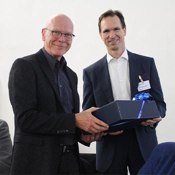 Michael Wolff wird von Tim Nesemann nach 10 jähriger tätigkeit aus dem Vorstand des Alimivereins der Uni Bremen verabschiedet.